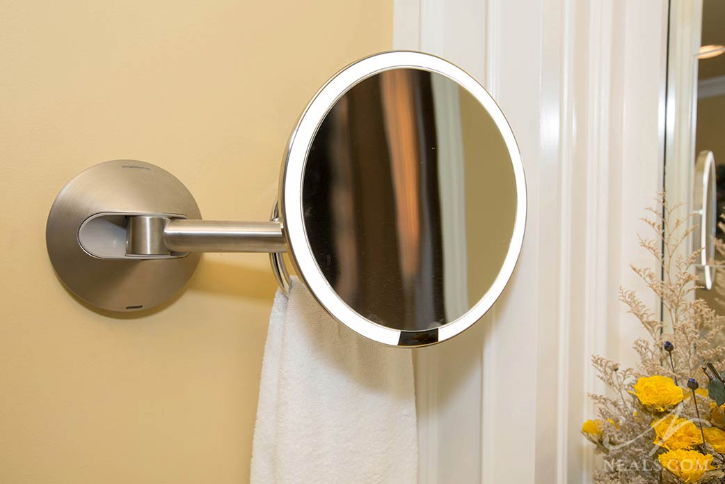 magnifying mirror with integrated lighthing